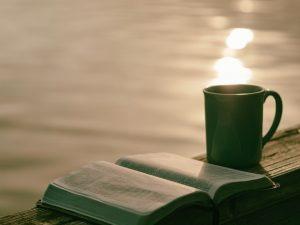 Berlatih Berpikir Kritis dengan Membaca Buku. Source by. Aaron-Burden-unsplash