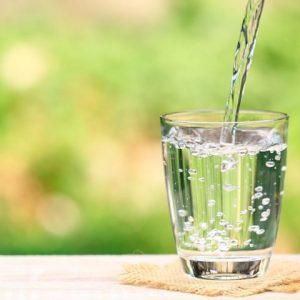 menahan diri tidak minum air putih
