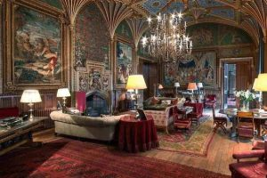 Drinks party di Eastnor castle drawing room
